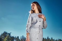 Sexy romantico del modello di moda di fascino della data castana di posa Fotografia Stock Libera da Diritti