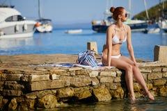 Sexy roodharigemeisje op vakantie in Kroatië royalty-vrije stock fotografie