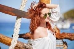 Sexy roodharigemeisje op vakantie in Kroatië royalty-vrije stock afbeelding