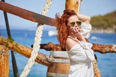 Sexy roodharigemeisje op vakantie in Kroatië royalty-vrije stock foto