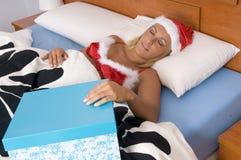Sexy santaslaap en het dromen met haar baan Royalty-vrije Stock Afbeeldingen