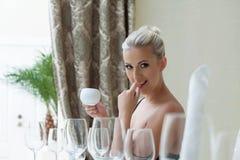 Sexy schöne blonde Aufstellung im Restaurant Lizenzfreie Stockfotos