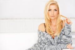 Sexy schöne blonde Frau Stockfotografie