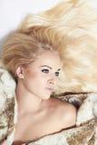 Sexy schöne blonde Frau im Pelzmantel Getrennt auf weißem Hintergrund Junges hübsches Mädchen Schönheit vorbildliches Girl in Min Lizenzfreie Stockfotos