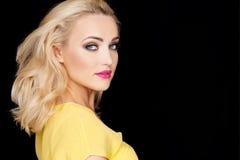 Sexy schöne blonde Frau lokalisiert auf Schwarzem Lizenzfreie Stockfotografie