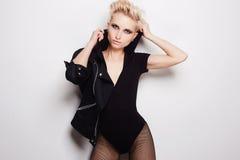 Sexy schöne blonde Frau mit dem kurzen Haar Lizenzfreie Stockfotografie