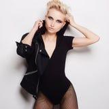 Sexy schöne blonde Frau mit dem kurzen Haar Stockbild