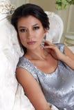 schöne junge Brunettefrau mit dem Abendmake-upchic gepflegt, ein kurzes Abendkleid tragend gestickt mit Silber Lizenzfreie Stockfotografie