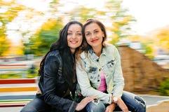 Sexy, schöne junge glückliche Frauen Stockfotografie