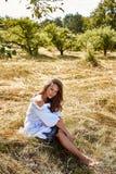 Sexy schöne Mode-Modell-Abnutzung der jungen Frau in einem stilvollen Kleid stockbilder