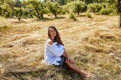 Sexy schöne Mode-Modell-Abnutzung der jungen Frau in einem stilvollen Kleid stockfotografie