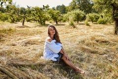 Sexy schöne Mode-Modell-Abnutzung der jungen Frau in einem stilvollen Kleid lizenzfreie stockbilder