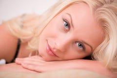 Sexy schönes blondes Mädchen in der Unterwäsche Stockfotografie