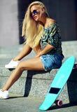 Sexy schönes blondes Modell mit Skateboard Lizenzfreies Stockfoto
