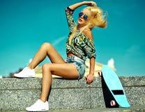 Sexy schönes blondes Modell mit Skateboard Lizenzfreie Stockbilder