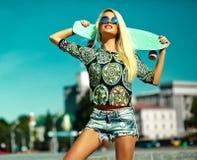 Sexy schönes blondes Modell mit Skateboard Stockbild