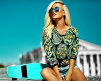 Sexy schönes blondes Modell mit Skateboard Stockfotos