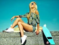 Sexy schönes blondes Modell mit Skateboard Stockfoto