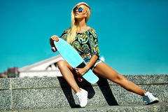 Sexy schönes blondes Modell mit Skateboard Stockfotografie