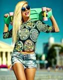 Sexy schönes blondes Modell mit Skateboard Lizenzfreie Stockfotografie