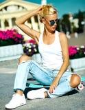 Sexy schönes blondes Modell mit Skateboard Stockbilder