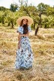 Sexy schönes junges blaues stilvolles der Frauenmode-modell-Abnutzung lang lizenzfreie stockfotografie