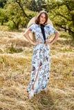 Sexy schönes junges blaues stilvolles der Frauenmode-modell-Abnutzung lang lizenzfreie stockbilder