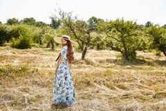 Sexy schönes junges blaues stilvolles der Frauenmode-modell-Abnutzung lang stockbild