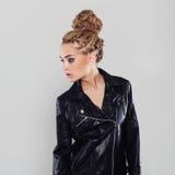 Sexy schönes Mädchen mit Dreadlocks Junge Frau im Leder Lizenzfreie Stockfotografie