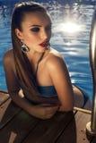 Sexy schönes Modell im Bikini, der im Swimmingpool sich entspannt Stockbilder