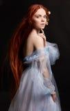 Sexy schönes Rothaarigemädchen mit dem langen Haar in der Kleiderbaumwolle Retro- Frauenportrait auf schwarzem Hintergrund Tiefe  Stockfoto