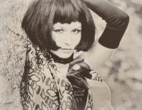 Sexy schöne hübsche Frau mit Retro- Sepia Weinlese des schwarzen Pendels Stockfotografie