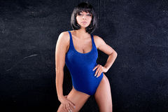 Sexy schönes Mädchen im blauen Badeanzug Lizenzfreie Stockbilder