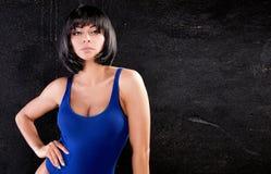 Sexy schönes Mädchen im blauen Badeanzug Stockfotografie