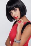 Sexy Schönheit Brunettefrau. Make-up. Stilvolle Franse. Schwarzes kurzes Lizenzfreie Stockfotografie