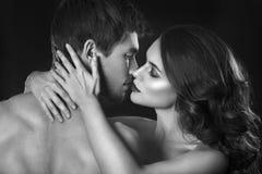 Sexy schoonheidspaar Het kussen paarportret Sensuele donkerbruine vrouw in ondergoed met jonge minnaar, hartstochtelijk paar Stock Fotografie