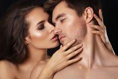 Sexy schoonheidspaar Het kussen paarportret Sensuele donkerbruine vrouw in ondergoed met jonge minnaar, hartstochtelijk paar Stock Foto's