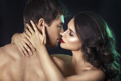 Sexy schoonheidspaar Het kussen paarportret Sensuele donkerbruine vrouw in ondergoed met jonge minnaar, hartstochtelijk paar