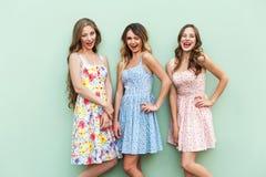 Sexy Schwestern Thre flirten für Sie und blinzeln an der Kamera Lizenzfreies Stockfoto