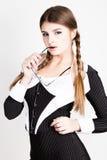 Sexy secretaresse, portret van mooie donkerbruine bedrijfsdame die in krijtstreepkostuum dragen die het handvat van glazen bijten stock foto