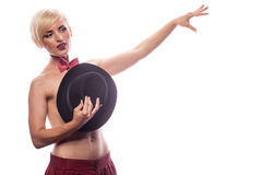 Sexy sinnliche Frau, die ihre Brüste mit einem Hut bedeckt Lizenzfreie Stockbilder