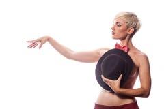 Sexy sinnliche Frau, die ihre Brüste mit einem Hut bedeckt Stockfotografie