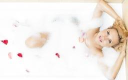 Sexy sinnliche kaukasische blonde Frau in der schäumenden Badewanne Lizenzfreie Stockfotos