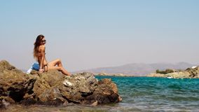 Sexy slank meisje bij het blauwe overzees stock videobeelden