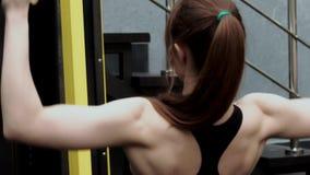 Sexy slanke geschiktheid model opleiding in de gymnastiek stock footage