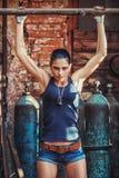 Sexy Soldatfrau auf Fabrikruinen Stockbild