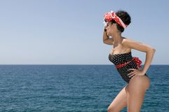 Sexy speld op vrouw dichtbij het overzees met exemplaarruimte Stock Afbeeldingen
