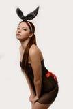 Sexy spelmeisje dat een konijntjeskostuum draagt royalty-vrije stock afbeelding