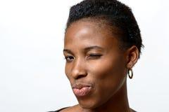 Sexy spielerische Afrikanerin, die an der Kamera blinzelt Stockfotografie