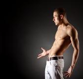 Sexy spier jonge mens stock afbeelding